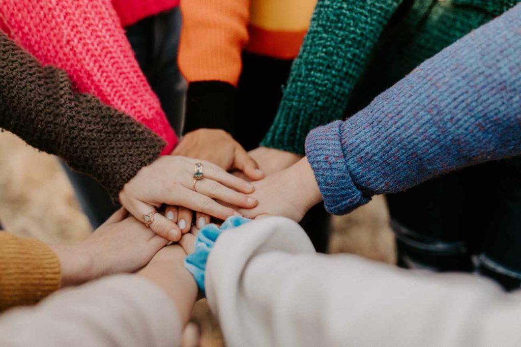 Hände Kleingruppe Kirche im Park
