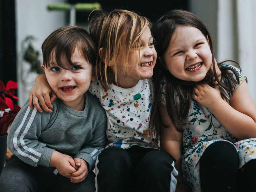 Krabbelgruppe Spiel-Oase lachende Kinder