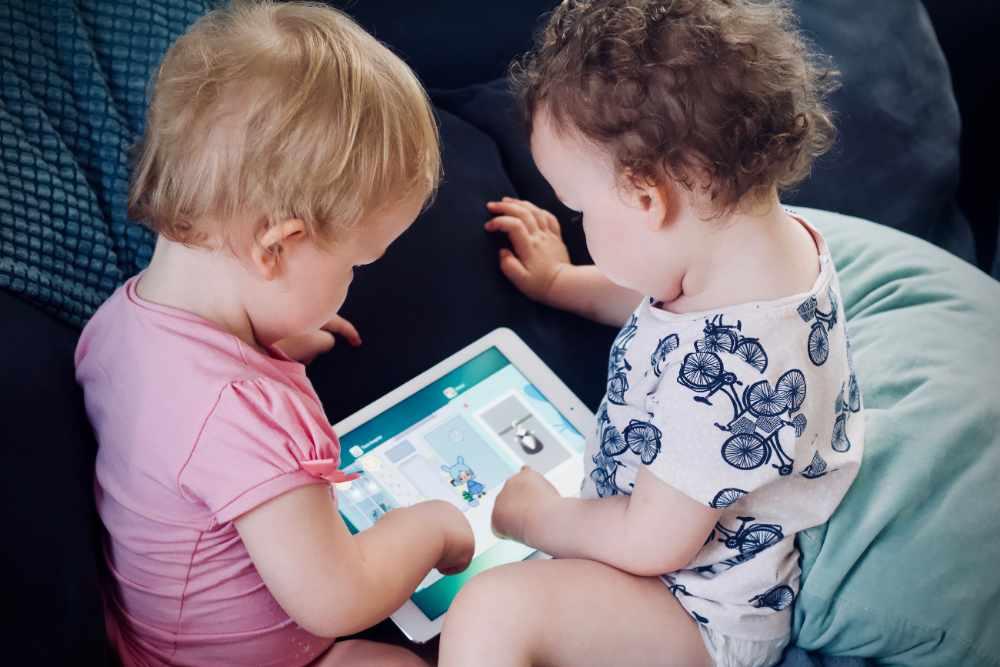 Zwei Kinder der Spiel-Oase